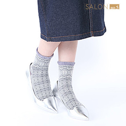 民俗風浮雕圖案毛邊短襪