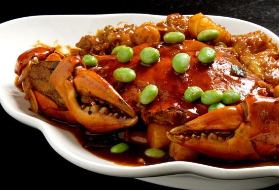 【高記】青蟹爆年糕,以黑豆瓣醬爆炒肥美青蟹,甘甜滋味全吸進香Q彈牙的韓國年糕裡。