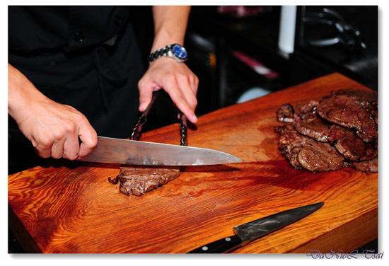 用銳利的刀子一刀劃下