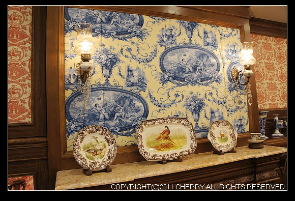 在一樓的茶館裡面,英國貴族風的佈置,陳列販售了各種泡紅茶要使用的器具。