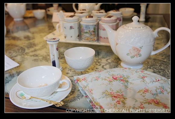每一個人桌上都有這樣一套漂亮美麗的瓷餐具,不管有沒有氣質的人,使用起這套瓷具感覺都高貴了起來~
