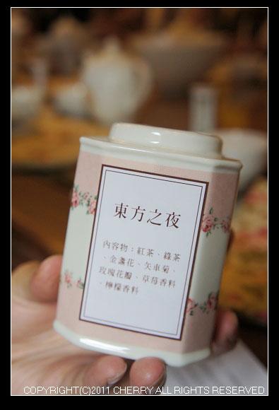 這次的品茶我挑選了一個具有多種水果香氣名稱又超級浪漫的「東方之夜」風味紅茶~