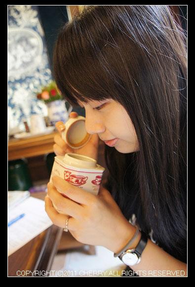 泡紅茶之前當然要先聞聞茶葉的香氣~