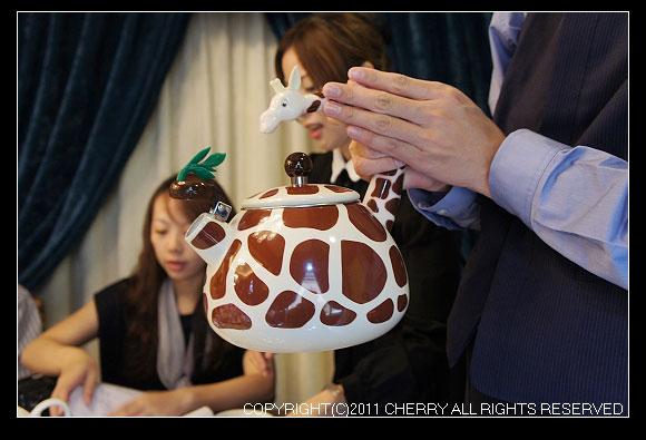 超可愛的長頸鹿水壺~如果家裡的餐桌上也來一個一定超級可愛啦~