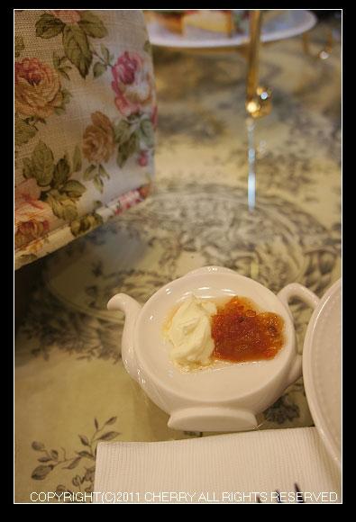 在英國吃司康(Scone)最常配上的就是凝固奶油了~除了凝固奶油以外我們也嚐了手工的果醬~