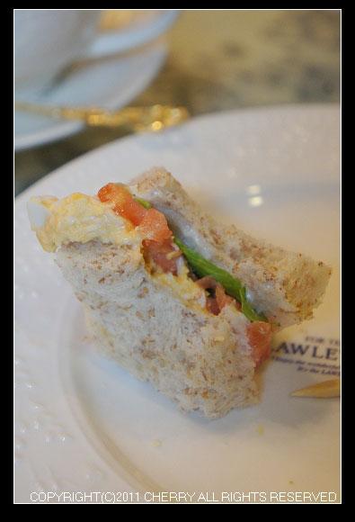 三明治土司包著順口的沙拉蛋,醬料也非常順口~土司也非常柔軟~