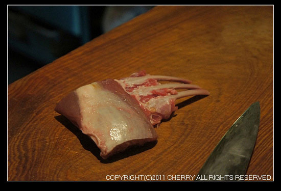 等著烘烤的小羔羊排