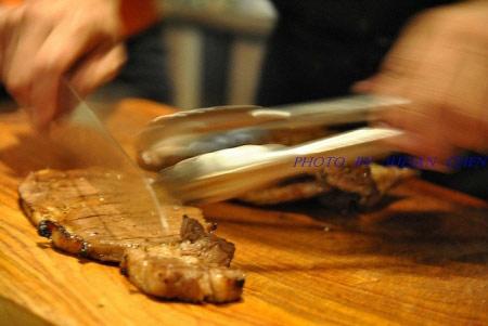 切肉的動作非常俐落
