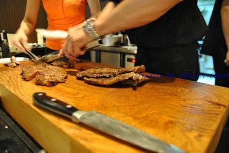 大廚正在切肉中