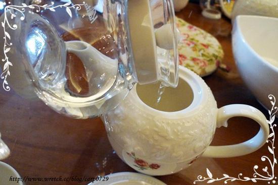 首先要溫壺,倒入三分之一的熱水沖在壺內搖晃,均勻受熱後倒進大茶壺。