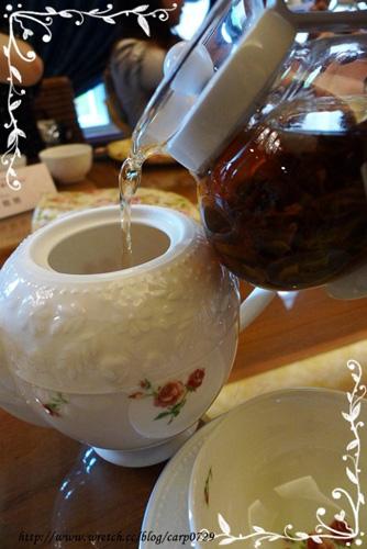 快速將茶水倒入壺內。
