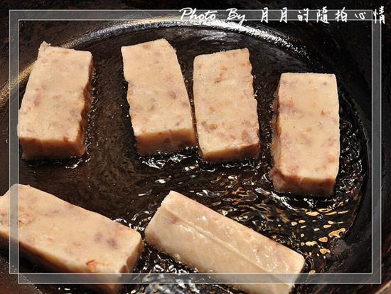 在此叮嚀各位大廚師.美廚娘們,在煎這種蘿蔔糕跟芋頭粿時,千萬不要切太小塊,因為這樣很容易會碎掉.糊掉,那就無采工你花時間在煎粿啦
