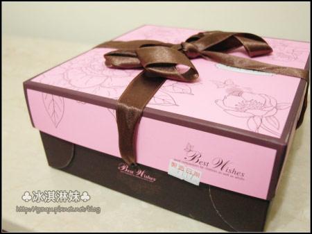 包裝盒上也有玫瑰的圖樣好高雅阿!