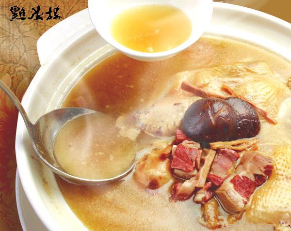 砂鍋火烔雞湯看起來湯濃厚用料豐富