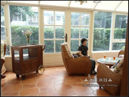還有一大片玻璃窗的空間 以後應該會設計成貴婦雅座吧~