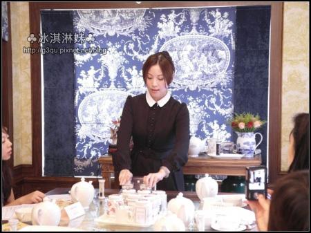 首先的溫壺步驟也是相當的重要 沖泡壺 茶壺 和杯子都要溫過
