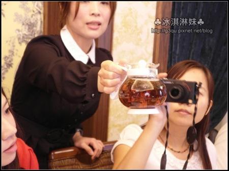 Kelly老師還給我們看 要滾燙的水 才能讓茶葉上下輕舞跳動