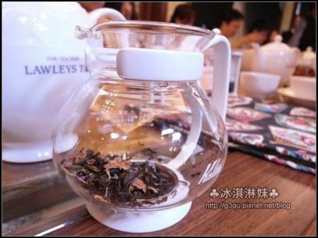 在來就將泡茶壺倒滿熱水