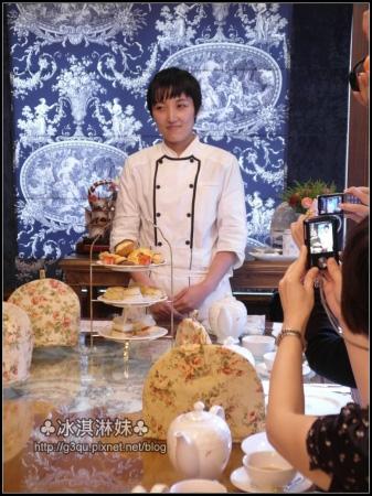喝茶 少不了的就是點心啦 主廚是手井梨惠 正在為大家介紹點心的內容