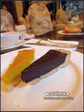 南瓜好香 自然散發出南瓜本身的甜 巧克力是苦甜的巧克力 吃起來不甜膩