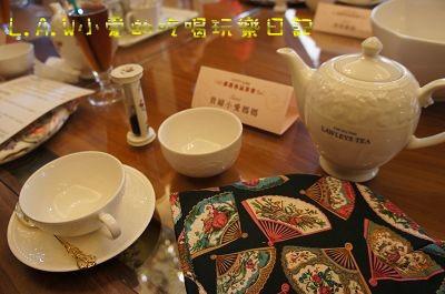 每個人的前面都已經設好一套茶組,茶壺、杯子、沙漏、茶壺套