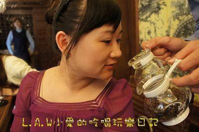 服務生把2壺茶給大家聞聞看,沒有溫跟有溫壺的茶香差別。