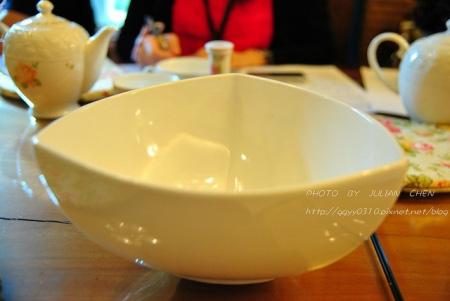 溫壺後的熱水,直接倒進桌上的大碗