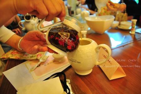 將紅茶沖入壺中,這壺應該就是喝茶時所用的茶海吧。