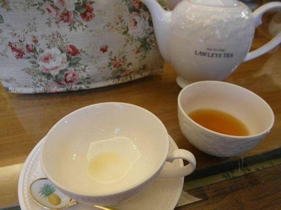 旁邊的碗?用來跟朋友分享茶水用的