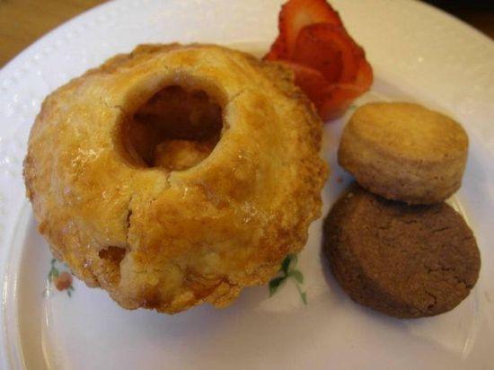 一旁裝飾用的玫瑰形狀草莓,甜甜的~點綴了上層下午茶整體的口感
