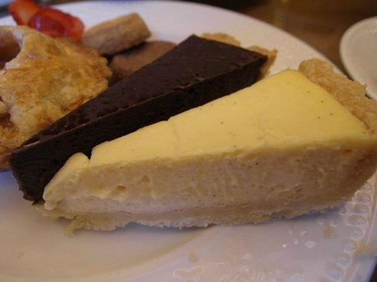 英國茶館還招待了起司蛋糕 有南瓜、巧克力和原味