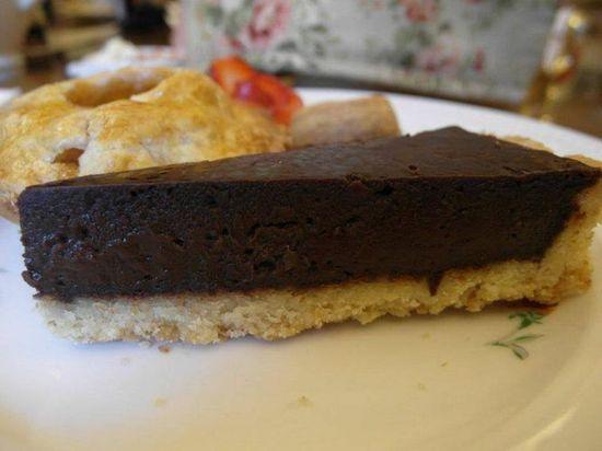 這塊巧克力蛋糕我喜歡,礙於我已經超飽,不然可以吃上兩塊