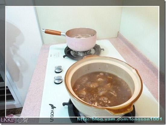 一鍋是砂鍋牛腩,另一頭則是魚片排骨湯,熱氣繚繞,好不熱鬧。整個廚房充滿了海陸大餐的香氣,讓人口水直流。