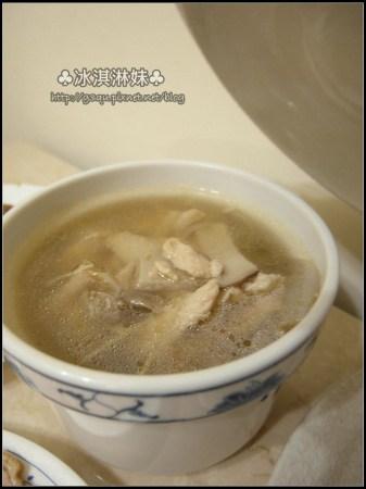 把菇菇雞湯包泡在水裡 在火上小火滾一下 變成湯狀的就可以倒出來囉