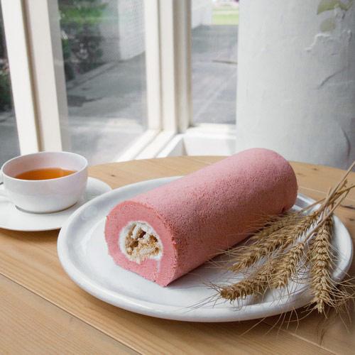▲草莓馬林卷的酸甜滋味相當適合夏天。(圖/取自樂天)