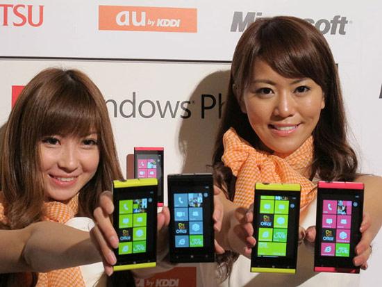 由正妹拿著宣傳,TOSHIBA IS12T看起來更耀眼了...