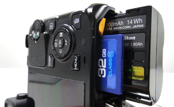 電池與記憶卡插槽。