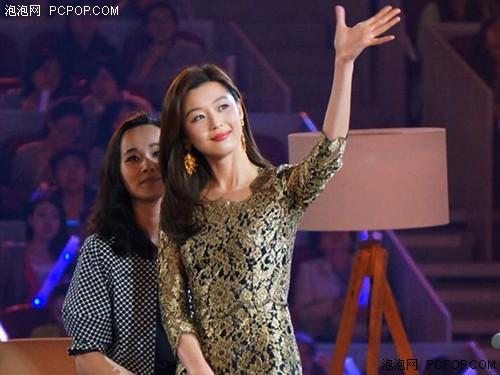 ▲SAMSUNG GALAXY S5發表會上全智賢身著金色簍空洋裝,氣勢非凡。(圖片來源:網路搜尋)