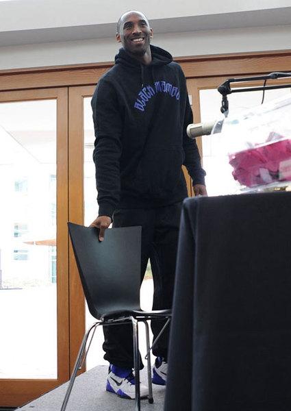 穿著第七代「Nike Zoom Kobe VII (7) Supreme」在活動上亮相的科比‧布萊恩。