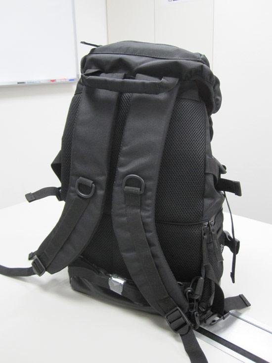 從背面看也是全黑色,上方有提把,下方有腰部扣環的設計