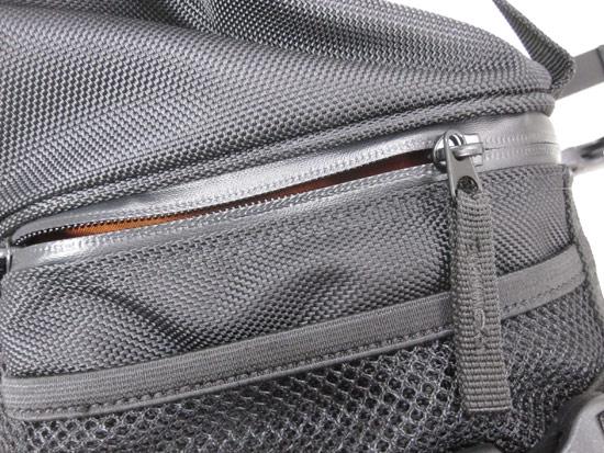 採用隱藏式防水拉鍊設計