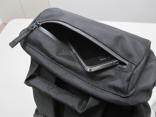 包包正上方的拉鍊拉開有一個空間可以放置東西