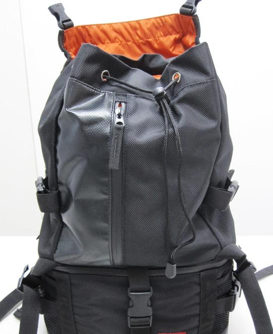蓋打開後,看到袋口的抽繩,可以隨著內容多寡縮放袋口,讓內容物品不會掉出來。
