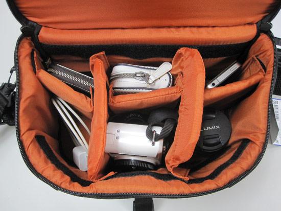 隨手拿了一台GF1、一顆變焦鏡還有手機,充電器以及兩個收納包。隔成六格時都可以輕鬆的收納。