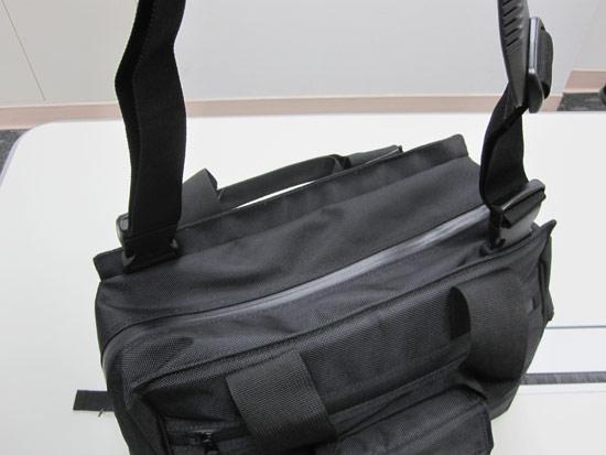 兩側有可拆卸扣環式肩背帶,可以依照需要變用手提式或是側背式