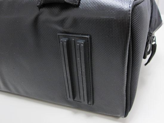 包包底部有塑膠墊條,可以讓包包站得更穩,不會因放置不平而翻倒。底部用帆布材質,更耐髒耐用