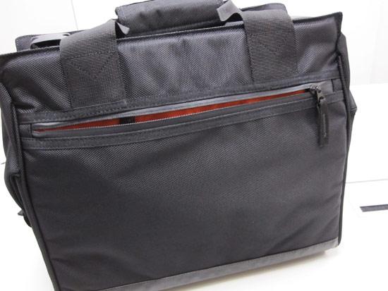背面有一個大收納袋,同樣用隱藏式拉鍊設計