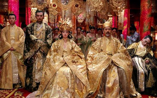 穿上整套黃金甲龍袍去拜年超殺的啊!