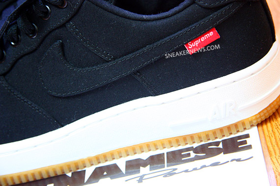 Supreme x Nike Air Force 1 鞋側LOGO