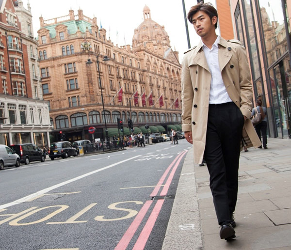 談到風衣就會聯想到國際知名品牌Burberry,陳柏霖身穿經典款風衣稍來濃濃英倫紳士高雅氣質。